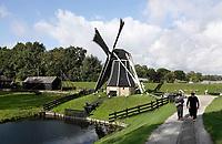 Nederland  Enkhuizen - 2019.  Het Zuiderzeemuseum.  Het Zuiderzeemuseum richt zich op de geschiedenis, actualiteit en toekomst van het IJsselmeer-gebied. De thema's water, ambachten en gemeenschappen staan hierbij centraal. Molen maalt de polder droog. De Vogelhoeksmolen uit Friesland is een poldermolen. De molen is in 1984 verplaatst naar het Zuiderzeemuseum te Enkhuizen. De molen is een zogenaamde grondzeiler en bovenkruier.     Foto mag niet in negatieve context gepubliceerd worden.    Berlinda van Dam / Hollandse Hoogte