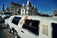 Buzescu / Romania 2007.Buzescu, il villaggio dei Rom ricchi, commercianti d'oro, padroni di case ed auto lussuose. Essi non hanno niente a che fare con l'icona dei Rom nomadi che vivono nelle nostre periferie..Nella fotografia alcuni abitanti del villaggio a bordo di una limousine con cavalli percorrono la strada principale tra strani edifici in stile pagoda e castelli medioevali..Foto Livio Senigalliesi..Buzescu / Romania 2007.Buzescu, the village of the richest Roma, gold traders, owners of houses and luxury cars. They have nothing to do with the icon of the nomadic Roma who live in our suburbs..A fantasy of styles, from villa to temple to castle, lines the main street of Buzescu. In the picture some villagers on board a luxury limousine..Photo Livio Senigalliesi.