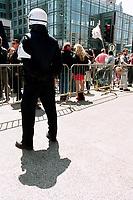 Photo d'archive de la police de Montreal -<br /> perimetre lors d'une manifestation,<br /> a l'exterieur de l'hotel Sheraton durant la Conference de Montreal 2000<br /> <br /> PHOTO :  AGENCE QUEBEC PRESSE<br /> <br /> <br /> NOTE :  numerisation a refaire avec equipement moderne pour obtenir une meilleure qualite.