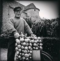 Europe/France/Bretagne/29/Finistère/Léon/Roscoff: Paul Caroff, un des derniers Johnnies, vendeur ambulant d'oignon rose de Roscoff