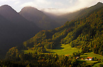 Deutschland, Bayern, Oberbayern, Chiemgau, Ruhpolding: Bauernhof vor Chiemgauer Alpen | Germany, Bavaria, Upper Bavaria, Chiemgau, Ruhpolding: Farm house and Chiemgauer Alps