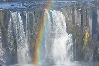 Selfoss, Wasserfall auf Island, Wasserfall des Flusses Jökulsá á Fjöllum Gletscherfluß, Gischt bildet Regenbogen, Gletscherfluss, Jökulsárgljúfur-Nationalpark, Schlucht Jökulsárgljúfur, im Nordosten Islands, waterfall in the north of Iceland, rainbow