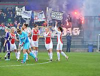 RSC Anderlecht Dames - Ajax Amsterdam : opkomst van beide ploegen voor het talrijk opgekomen publiek.foto DAVID CATRY / Nikonpro.be