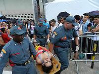 ATENÇÃO EDITOR: FOTO EMBARGADA PARA VEÍCULOS INTERNACIONAIS. – SÃO PAULO - SP –  11 DE NOVEMBRO 2012. SHOW LADY GAGA – DEVIDO AO CALOR FÃ DESMAIA NA FILA, no Estádio do Morumbi (SP), antes do show. FOTO: MAURICIO CAMARGO / BRAZIL PHOTO PRESS.