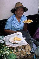 Amérique/Amérique du Sud/Pérou/Lima : Marché de Surquillo - Marchande se restaurant