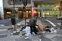 SÃO PAULO, SP, 05/12/2011, LIXO ESPALHADO CENTRO DE SÃO PAULO.<br /> <br /> Um velho problema assola todo centro de São Paulo, o lixo que fica na calçada, acaba espalhado pelos moradores de rua.<br /> LUIZ GUARNIERI/ NEWS FREE
