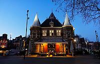 Nederland - Amsterdam - 2020. De Waag is een 15e-eeuws gebouw op de Nieuwmarkt in het centrum van Amsterdam. Het was oorspronkelijk een stadspoort. De huidige naam verwijst naar de latere functie als waag. Het gebouw heeft een reeks andere functies gehad, waaronder gildehuis, museum, brandweerkazerne en anatomisch theater. Tegenwoordig is er een cafe - restaurant in gevestigd : In de Waag. Foto : ANP/ HH / Berlinda van Dam