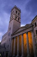 Europe/Italie/Ombrie/Assise : Piazza del Commune et le temple romain (1 siècle av JC) de Minerve tranformé en église