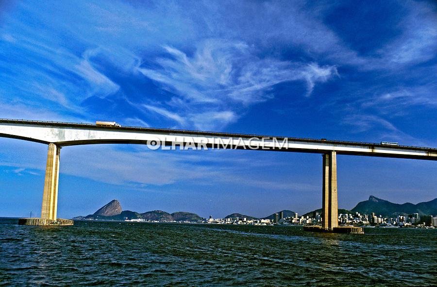 Ponte Rio-Niterói e Baía de Guanabara. Rio de Janeiro. 2001. Foto de Ricardo Azoury.