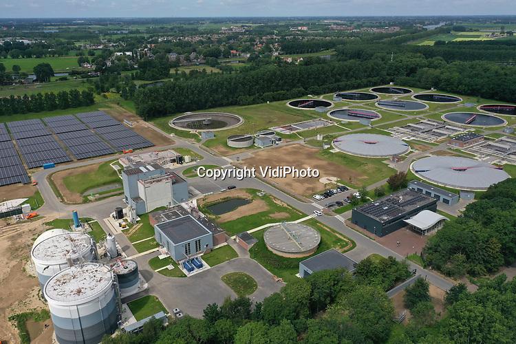 Foto: VidiPhoto<br /> <br /> DEN BOSCH – De rioolwaterzuiveringsinstallatie van het waterschap Aa en Maas in Den Bosch (foto) speelt een belangrijke rol in het voorspellen van een (nieuwe) uitbraak van het coronavirus. Op dit moment wordt bij 29 rwzi's (4 miljoen Nederlanders) gecontroleerd op de aanwezigheid van sporen van het coronavirus. Daarmee is door het RIVM, waar de monsters naar toe gaan, twee weken vooraf te voorspellen op welke plek een nieuwe virusuitbraak wordt verwacht. Het Rijk heeft nu besloten om op 70 rwzi's (10 miljoen inwoners) monsters te nemen. . In theorie kan iedere ziekte of vervuiling getraceerd worden tot aan de voordeur. En dat betekent dat waterschappen een belangrijke schakel vormen in het voorspellen van pandemieën in de toekomst.