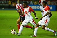 BARRANQUIILLA - COLOMBIA, 29-11-2018:Jmaes Sanchez (Izq.) de Junior disputa el balón con Hernan Burbano(Der.) del Santa Fe durante el encuentro entre Atlético Junior de Colombia e Independiente Santa Fe de Colombia por la semifinal, vuelta, de la Copa CONMEBOL Sudamericana 2018 jugado en el estadio Roberto Meléndez de la ciudad de Barranquilla. /James Sanchez (L) of Junior struggles for the ball with Hernan Burbano (R) of Santa Fe during a semifinal second leg match between Atletico Junior of Colombia and Independiente Santa Fe of Colombia as a part of Copa CONMEBOL Sudamericana 2018 played at Roberto Melendez stadium in Barranquilla city Atletico Junior de Colombia e Independiente Santa Fe de Colombia en partido por la semifinal, vuelta, de la Copa CONMEBOL Sudamericana 2018 jugado en el estadio Roberto Meléndez de la ciudad de Barranquilla. / Atletico Junior of Colombia and Independiente Santa Fe of Colombia in Semifinal second leg match as a part of Copa CONMEBOL Sudamericana 2018 played at Roberto Melendez stadium in Barranquilla city.  Photo: VizzorImage/ Alfonso Cervantes / Cont