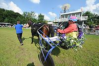 PAARDENSPORT: JOURE: 11-07-2014, Gouden Swipe, De Gouden Swipe ging naar Karen Schagen met Co Swagerman. Zij hield in een nek-aan-nek-race met Hiltje Tjalsma, de winnares van voorgaande jaren achter zich, ©foto Martin de Jong