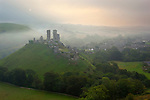 Great Britain, England, Dorset, Corfe Castle: Ruins of Corfe castle and village in morning mist | Grossbritannien, England, Dorset, Corfe Castle: Schlossruine und Dorf im Morgennebel