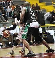 BOGOTA - COLOMBIA: 06-05-2013: Fahnbulleh (Izq) Piratas de Bogotá, disputa el balón con  Smith (Der.) de  Aguilas de Tunja mayo  6 de 2013. Piratas y Aguilas de Tunja disputaron partido de la fecha 11 de la fase II de la Liga Directv Profesional de baloncesto en partido jugado en el Coliseo El Salitre. (Foto: VizzorImage / Luis Ramirez / Staff) Fahnbulleh (L) of Pirates from Bogota disputes the ball with Smith (R) of Aguilas from Tunja May 6, 2013. Piratas and Aguilas de Tunja disputed a match for the 11 date of the Fase II of the League of Professional Directv basketball game at the Coliseo El Salitre. (Photo. VizzorImage / Luis Ramirez / Staff)