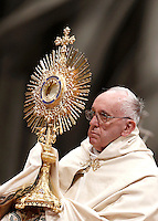 Papa Francesco innalza l'ostensorio durante i Primi Vespri e Te Deum in ringraziamento per l'anno trascorso, nella Basilica di San Pietro, Citta' del Vaticano, 31 dicembre 2015.<br /> Pope Francis holds up a monstrance during a new year's eve vespers Mass in St. Peter's Basilica at the Vatican 31 December 2015.<br /> UPDATE IMAGES PRESS/Isabella Bonotto<br /> <br /> STRICTLY ONLY FOR EDITORIAL USE