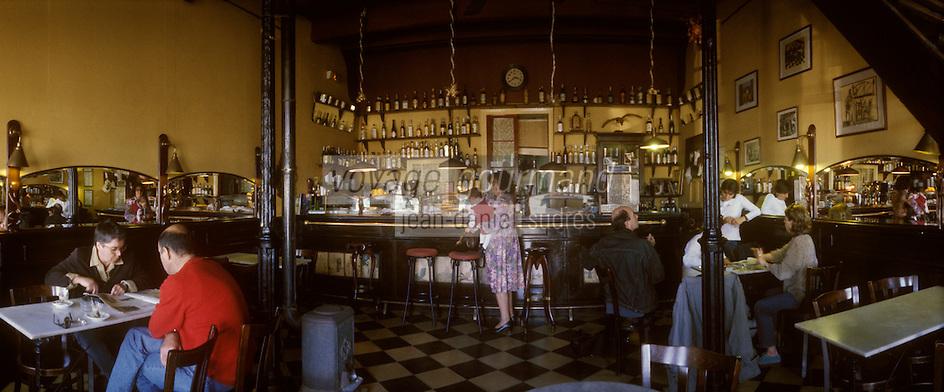 """Europe/Espagne/Baléares/Minorque/Mahon : Café """"Baixamar"""" - Le plus vieux café de Mahon dans un ancien hangar à bateaux"""