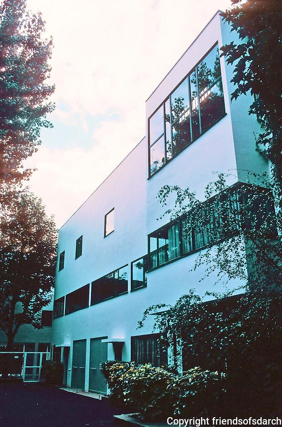 Le Corbusier: Maisons La Roche et Jeanneret, Paris 1922-24. Pair of semi-detached houses of iron, concrete and blank white walls. Photo '90.