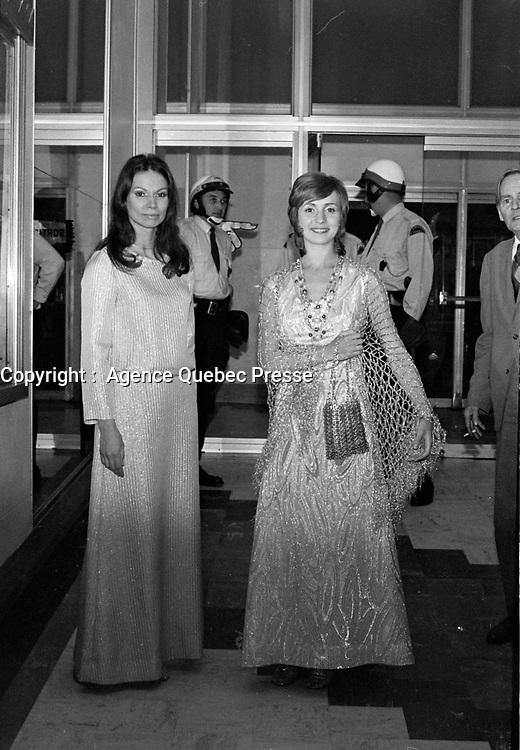 """Premiere du film """"Deux femmes en or"""" au Capitol. <br />  Entre le 1er et le 7 juin 1970-  Monique Mercure et Louise Turcot<br /> <br /> Photographe : Photo Moderne<br /> - Agence Quebec Presse"""