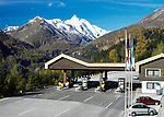 Oesterreich, Kaernten, Mautstation der Grossgkockner Hochalpenstrasse im Nationalpark Hohe Tauern, im Hintergrund der Grossglockner, Oesterreichs hoechster Berg | Austria, Carinthia, toll gate of Grossgkockner Hochalpenstrasse at National Park Hohe Tauern, at background Grossglockner mountain, Austria's highest mountain