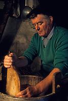 """Europe/France/Auvergne/12/Aveyron: Aubrac: Préparation de la """"Fourme de Laguiole"""" au buron de canut [Non destiné à un usage publicitaire - Not intended for an advertising use]`<br /> PHOTO D'ARCHIVES // ARCHIVAL IMAGES<br /> FRANCE 1980"""