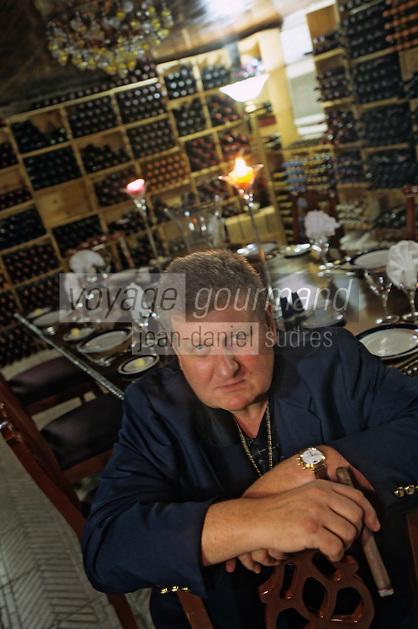 """Iles Bahamas / New Providence et Paradise Island / Nassau: Hotel """"le Graycliff"""" Enrico Garzaroli accueille ses invités. Une table dressée dans les caves qui contiennent une collection impressionnante de cigares"""