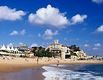Portugal, Estoril: Monte Estoril Beach mit Villa Forte Velho | Portugal, Estoril: Monte Estoril Beach and Villa Forte Velho