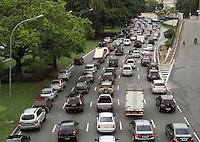 ATENCAO EDITOR: FOTO EMBARGADA PARA VEICULO INTERNACIONAL - SAO PAULO, SP, 14 NOVEMBRO 2012 - TRANSITO EM SAO PAULO MANHA –  Excesso de veículos deixa o transito complicado na av 23 de maio  nessa manha no sentido zona sul na região da Liberdade zona central da capital paulista nessa quarta, 14. (FOTO: LEVY RIBEIRO / BRAZIL PHOTO PRESS)