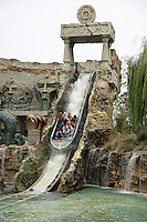 Italy. Province of Veneto. Castelnuovo del Garda. A boat full of tourists goes down the river at the attraction: Fuga da Atlantide. Gardaland is the biggest amusement park in Italy and one of the largest in the whole of Europe.  © 2006 Didier Ruef