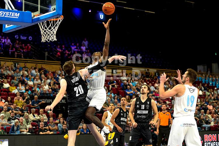 GRONINGEN - Basketbal, Donar - Apollo Amsterdam , Dutch Basketbal League, seizoen 2021-2022, 26-09-2021,  Donar speler Donte Ingram met Apollo speler Weijs