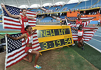 CALI - COLOMBIA - 19-07-2015: Equipo de los Estados Unidos medalla de oro en la prueba de 4 x 400 Metros Relevos Mixtos en el estadio Pascual Guerrero sede, sede de IAAF Campeonatos Mundiales de la Juventud Cali 2015.  / Team of the United States gold medal during the test of 4 x 400 Meters Relay Mixed in the Pascual Guerrero home of the IAAF World Youth Championships Cali 2015.  Photos: VizzorImage / Luis Ramirez / Staff.