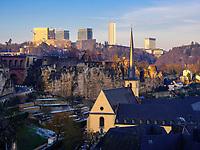 Blick über Grund auf Bock-Kasematten und Europazentrum auf dem Kirchberg, Luxemburg-City, Luxemburg, Europa, UNESCO-Weltkulturerbe<br /> Bock Casemate,Grund and European center, Luxembourg City, Europe, UNESCO Heritage Site