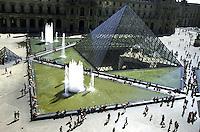 FRANCIA - Parigi - Jeoh Ming Pei, 1989, piramide di vetro, entrata principale del Museo del Louvre FRANCE - Paris - Jeoh Ming Pei, 1989, glass pyramid, the main entrance to the Louvre Museum<br /> <br /> FRANCE - Paris - Jeoh Ming Pei, 1989, la pyramide de verre, l'entrée principale du Musée du Louvre
