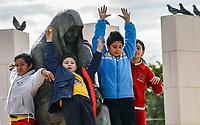 Juegan con la Madre<br /> Unos pequeños de nombres María Valencia,  Arturo García, y los hermanos Cristian y David (azul) Martínez juegan sanamente en el monumento a las Madres en la colonia Olivares