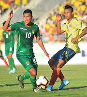 BARRANQUILLA - COLOMBIA, 12-01-2020: Luis Sandoval de Colombia disputa el balón con Henry Vaca de Bolivia durante partido amistoso entre las selecciones Nacionales Sub 23 de Colombia y Bolivia previo al Preolímpico CONMEBOL 2020 Sub-23 en el Eje Cafetero de Colombia jugado el estadio Romelio Martínez de Barranquilla. / Luis Sandoval of Colombia vies for the bll with Henry Vaca of Bolivia during a friendly match between U23 Nationalteams of Colombia and Bolivia prior 2020 CONMEBOL Pre-Olympic Tournament U 23 in the Eje Cafetero in Colombia plyed at Romelio Martinez stadium in Barranquilla, Colombia.. Photo: VizzorImage / Alfonso Cervantes / Cont