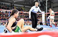"""MONTERIA - COLOMBIA, 19-05-2018: la boxeadora Yazmín """"La rusita """"Rivas de México ,lanza a la lona noqueando en el quinto asalto a la colombiana Liliana """"La Tigresa """" Palmera y se corona como la nueva campeona mundial AMB en el coliseo """"Happy Lora """" de esta ciudad   ./the boxer Yazmín """"La rusita"""" Rivas de México, throws to the canvas and knocks out in the fifth round the Colombian Liliana """"La Tigresa"""" Palmera and is crowned as the new WBA world champion in the Coliseum """"Happy Lora"""" of this city. Photo: VizzorImage / Andrés Felipe López Vargas / Contribuidor"""