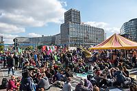 """Mehrere tausend Menschen blockierten am Montag den 7. Oktober 2019 in Berlin die Verkehrsknotenpunkte Grosser Stern und Potsdamer Platz. Sie folgten damit einem Aufruf der Bewegung """"Extinction Rebellion"""" (""""Aufstand gegen das Aussterben""""). Aktionen von Extinction Rebellion fanden an diesem Tag weltweit statt. Damit soll gegen die zu schwachen Aktivitaeten der Regierungen gegen den Klimawandel protestiert werden.<br /> Im Bild: Die Blockade am Potsdamer Platz.<br /> 7.10.2019, Berlin<br /> Copyright: Christian-Ditsch.de<br /> [Inhaltsveraendernde Manipulation des Fotos nur nach ausdruecklicher Genehmigung des Fotografen. Vereinbarungen ueber Abtretung von Persoenlichkeitsrechten/Model Release der abgebildeten Person/Personen liegen nicht vor. NO MODEL RELEASE! Nur fuer Redaktionelle Zwecke. Don't publish without copyright Christian-Ditsch.de, Veroeffentlichung nur mit Fotografennennung, sowie gegen Honorar, MwSt. und Beleg. Konto: I N G - D i B a, IBAN DE58500105175400192269, BIC INGDDEFFXXX, Kontakt: post@christian-ditsch.de<br /> Bei der Bearbeitung der Dateiinformationen darf die Urheberkennzeichnung in den EXIF- und  IPTC-Daten nicht entfernt werden, diese sind in digitalen Medien nach §95c UrhG rechtlich geschuetzt. Der Urhebervermerk wird gemaess §13 UrhG verlangt.]"""