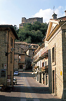 "Zavattarello, paese in provincia di Pavia, annoverato tra i ""borghi più belli d'Italia"". In primo piano la chiesa di San Rocco del 14. secolo e in cima alla collina il castello --- Zavattarello, small village in the province of Pavia, rated within the ""most beautiful villages in Italy"". On the foreground the church of San Rocco from the 14th century and on the top of the hill the castle"