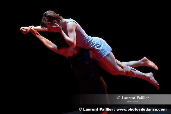ANNONCIATION..Choregraphie : PRELJOCAJ Angelin..Compagnie : Compagnie Preljocaj..Lumiere : CHATELET Jacques..Costumes : SANSON Nathalie..Avec :..CHAPPAZ Gaelle..GRIMAUD Natacha..Lieu : Centre National de la danse..Ville : Pantin..Le : 14 04 2008....Copyright (c) 2008 by © Laurent Paillier/ www.photosdedanse.com. All rights reserved.