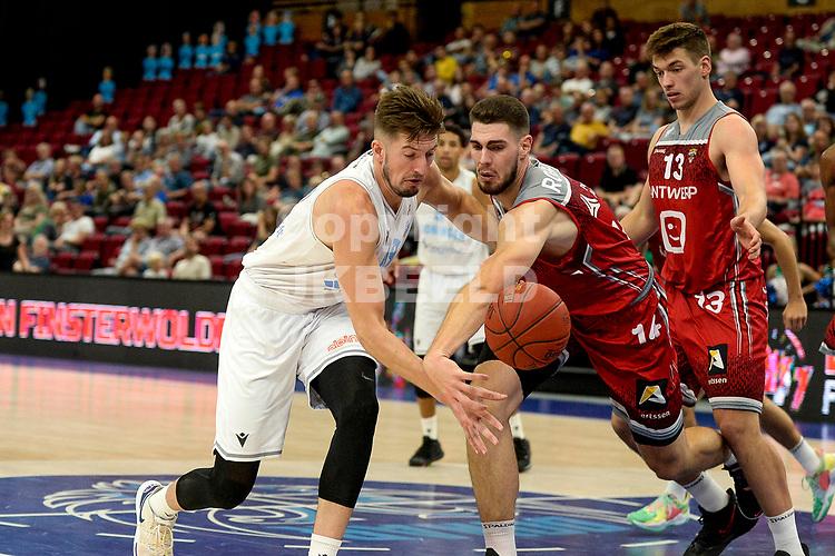 GRONINGEN - Basketbal , Open Dag met Donar - Antwerp Giants , voorbereiding seizoen 2021-2022, 05-09-2021,  Donar speler Willem Brandwijk met Roby Rogiers