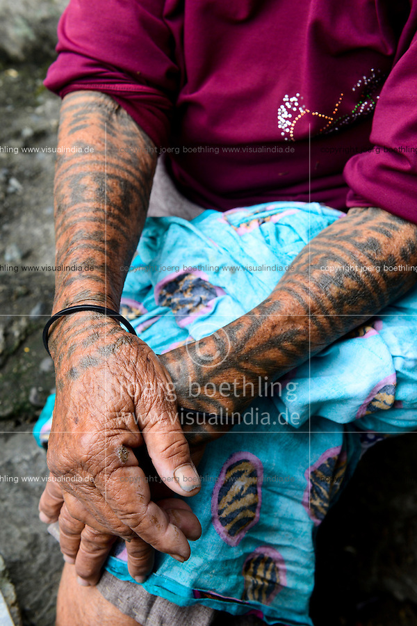 PHILIPPINES, Cordillera highlands, Bontoc, Samoki village, Igorot people, Samoki tribe, old woman with tattoo / PHILIPPINEN, Cordilleras, Bontoc, Samuki Dorf, Igorot Volksgruppe, Samoki Clan, alte Frau mit Tattoo