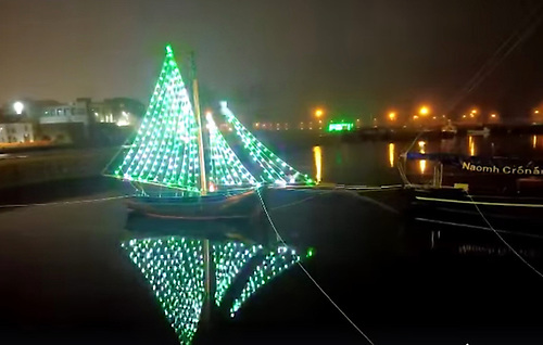The gleoiteog Manuela has been decorated with lights by Bádóirí an Cladaig, the city association dedicated to training and restoration of the traditional craft