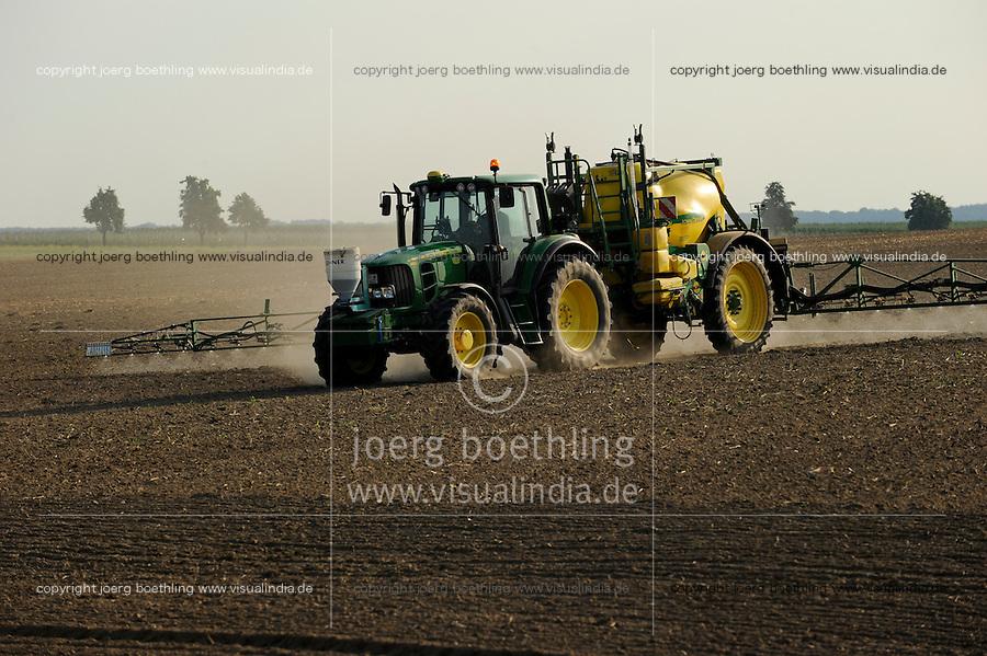 GERMANY, spraying of pesticides with John Deere tractor and equipment / DEUTSCHLAND, Verspruehung von Pestiziden auf einem Feld