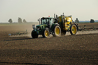 GERMANY, spraying of pesticides with John Deere tractor and equipment / DEUTSCHLAND, Verspruehung von Pestiziden auf einem Feld