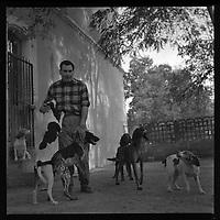Gauré (Haute-Garonne). 10 octobre 1962. Vue d'Edouard Duleu dans sa propriété avec des chiens