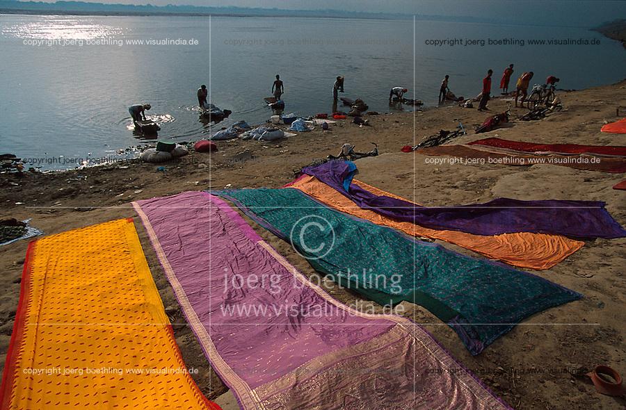 INDIA Varanasi, caste dhobi the washermen wash clothes sari in the holy ganga river / INDIEN Benares, Kaste dhobi Waescher waschen Saris im heiligen Fluss Ganges