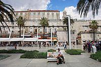 KROATIEN, 08.2007, Split. © Petar Kurschner/EST&OST<br /> Touristen auf der Riva. | Tourists at the Riva.