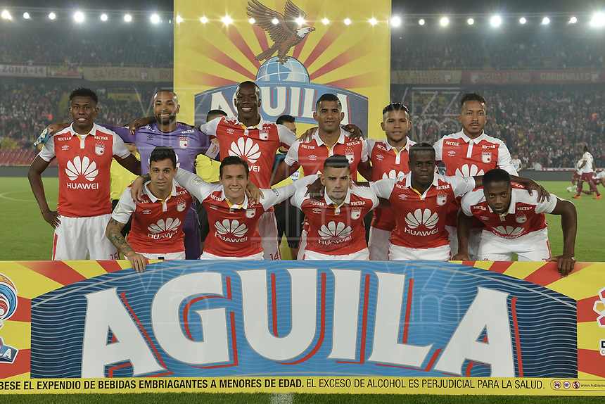 BOGOTÁ - COLOMBIA, 14-11-2018: Jugadores de Santa Fe posan para una foto previo al encuentro entre Independiente Santa Fe y Deportes Tolima partido por los cuartos de final, ida, de la Liga Águila II 2018 jugado en el estadio Nemesio Camacho El Campin de la ciudad de Bogotá. / Players of Santa Fe pose to a photo prior a Quarter Final first leg match between Independiente Santa Fe and Deportes Tolima as a part of Aguila League II 2018 played at the Nemesio Camacho El Campin Stadium in Bogota city. Photo: VizzorImage / Gabriel Aponte / Staff