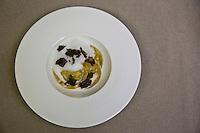 Europe/France/73/Savoie/Val d'Isère:  La truffe et le topinambour en raviole , servi avec une émulsion de bouillon léger, Recette d' Alexandre Fabris, restaurant : Le Grain de Sel à l'Hôtel: Le Savoie