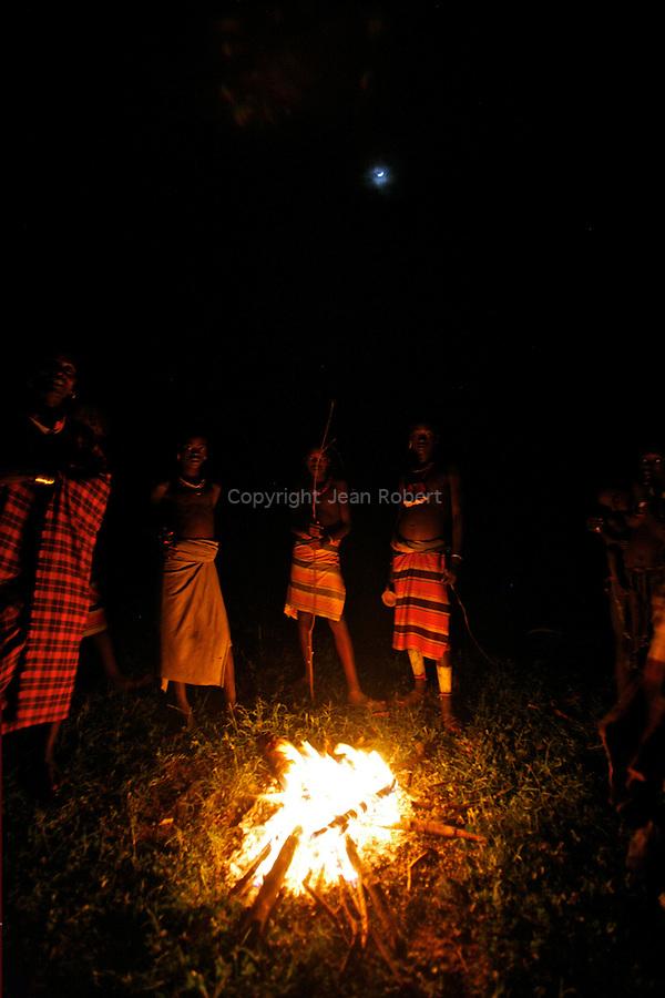 Chants et danses la nuit autour du feu. village de Lojira à côté de la ville de Turni