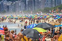 RJ. Rio de Janeiro, 15.01.2021 CORONAVIRUS Aglomeração na praia do Leme, zona sul, nesta sexta-feira, (15), em época de pandemia do novo coronavirus. (Foto: Ellan Lustosa / Codigo19).